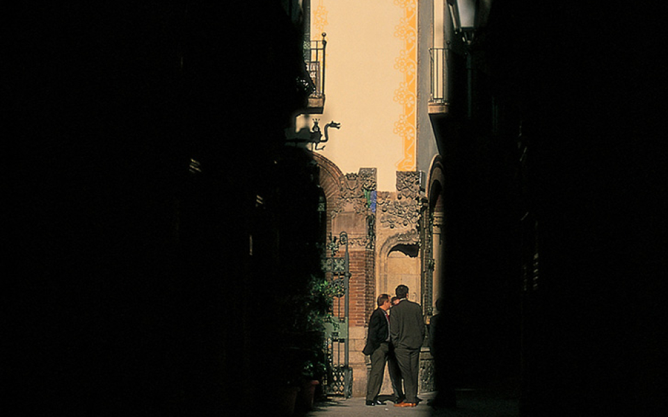 Alley chat – Barcelona, Spain (2002)